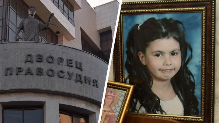 В Екатеринбурге суд решил, отбирать ли у матери девочку, которую увезли в приют после конфликта в школе