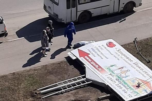 По факту обрушения на жительницу Уфы рекламного щита СК возбудил доследственную проверку