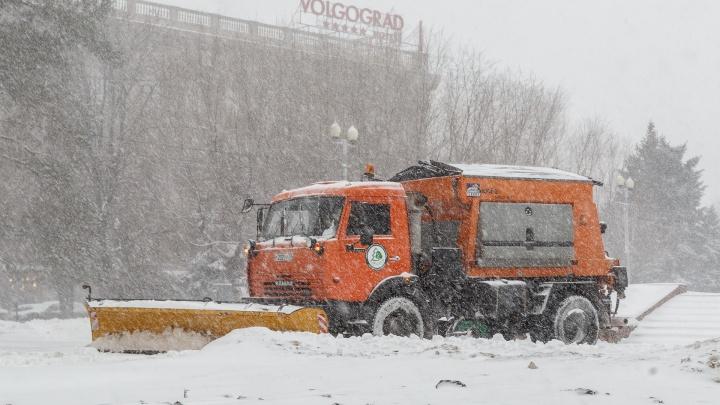 Дороги Волгограда чистят от гололеда 70 спецмашин