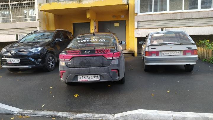 «Я паркуюсь как...»: автохамы в Екатеринбурге блокируют движение трамваев и перекрывают входы в суды