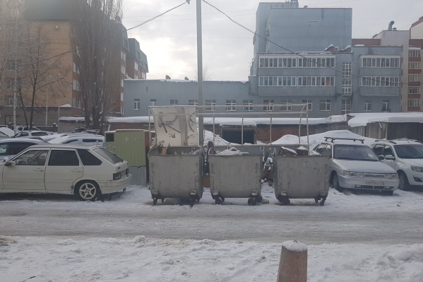 Мужчина оставил автомобиль сбоку от баков, полагая, что не помешает мусоровозу