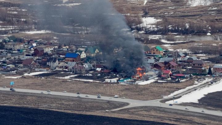 Под Новосибирском загорелся частный дом: там взорвались баллоны с газом и пострадал человек