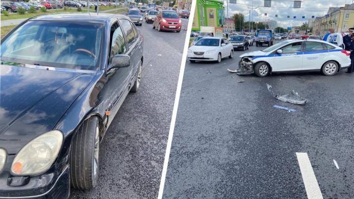 В центре Тюмени патрульная машина врезалась в Lexus, преследуя нарушителей