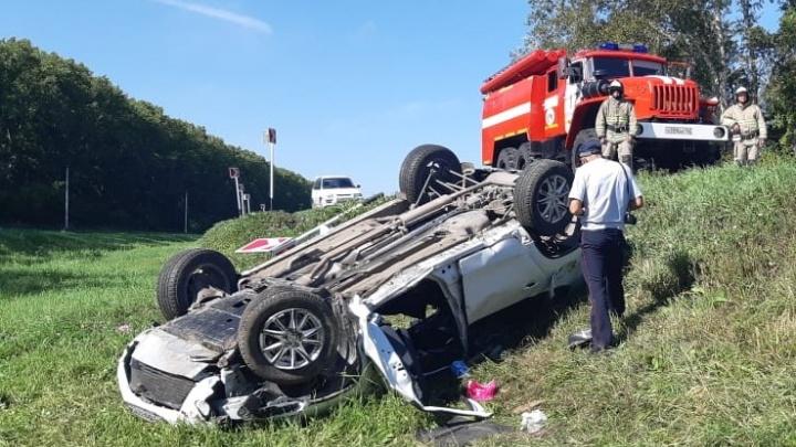 На трассе в Кузбассе перевернулась иномарка, два человека погибли
