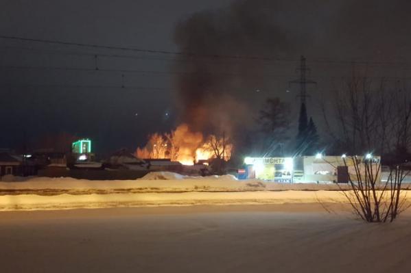 По словам новосибирца, сначала загорелась баня, а затем огонь перебросился на дом и постройки