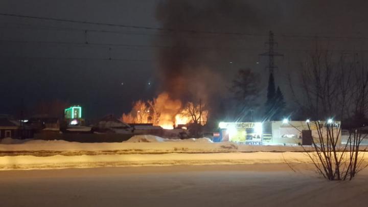 В Ленинском районе Новосибирска загорелся коттедж