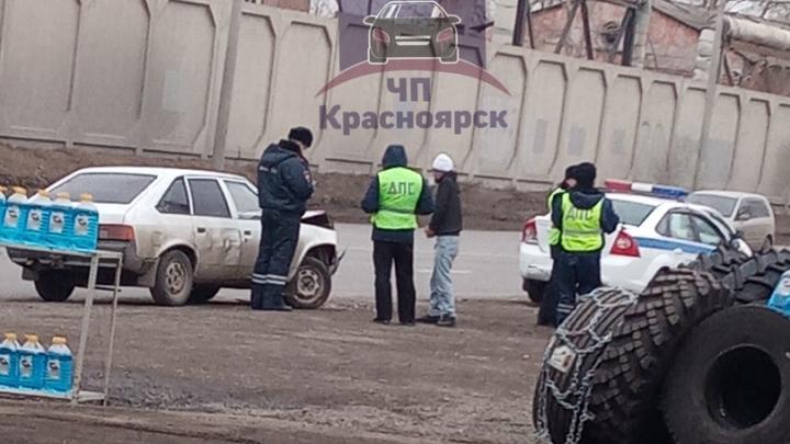 «Новый пранк?»: компания молодых людей на «Москвиче» протаранила стоящую патрульную машину