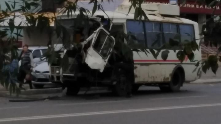 В Кургане КАМАЗ столкнулся с пассажирским ПАЗом