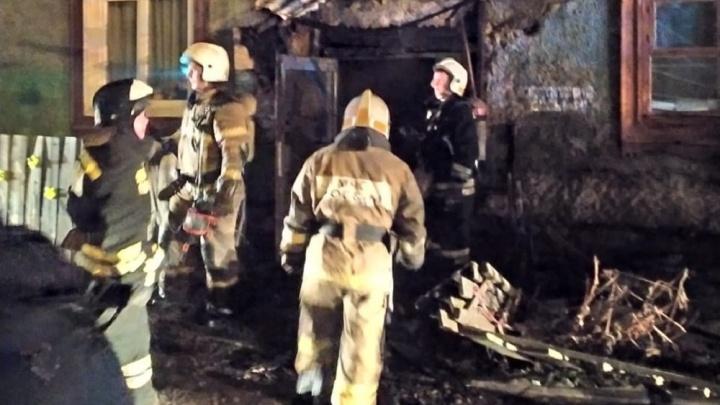 «Из окна спускали женщину раздетую, мужика в одних трусах»: на Эльмаше вспыхнул пожар в доме