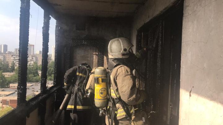 Пламя вырывалось с балкона: на Сортировке загорелась квартира в 16-этажке