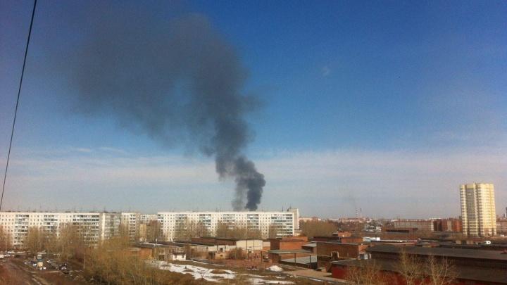 Над Ленинским районом поднялся столб густого черного дыма - на Станционной горел цех