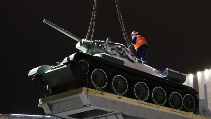 Танк Т-34 перевезли от президентского кадетского училища на кольцевую развязку в Кемерово