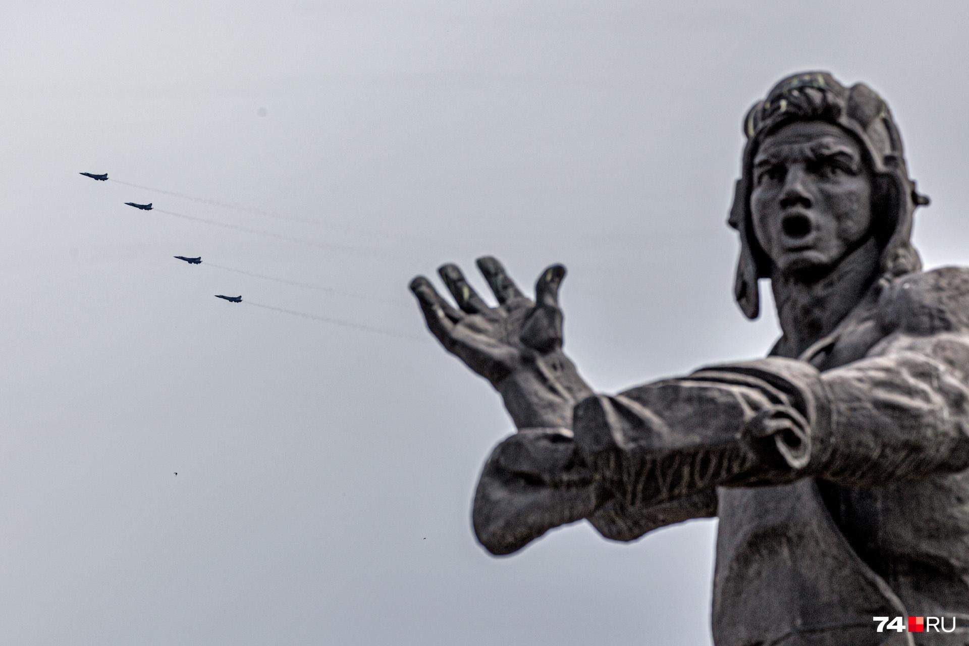 В Челябинске полноценного парада не было, в небо взмыла военная техника
