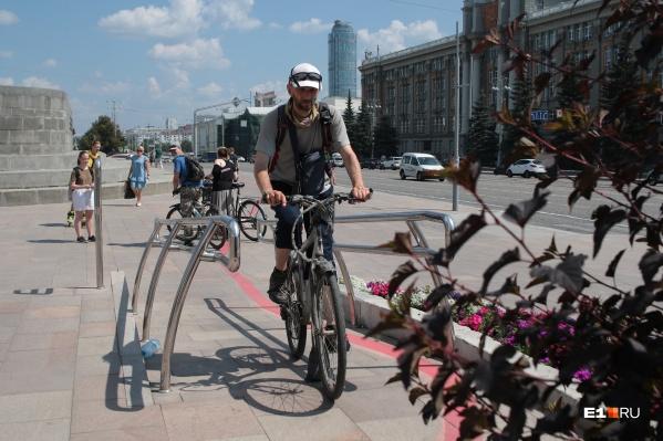 Узкие дорожки, отсутствие пандусов, пешеходы, бросающиеся под колеса, — это лишь малое, с чем сталкивается велосипедист в Екатеринбурге