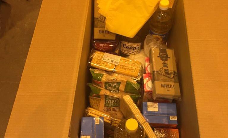 А эту продуктовую коробку выдали школьникам в Санкт-Петербурге на две недели