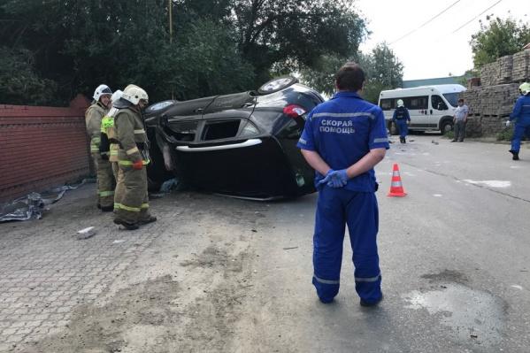 Спасатели вырезали погибших из машины