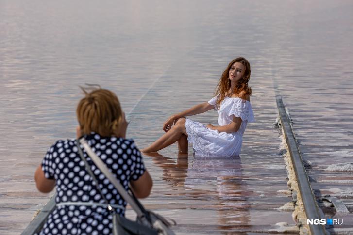 Главное занятие для туристов на озере — фотосессии