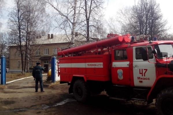 Воспитанники ждали на улице, когда пожарные обследуют здание