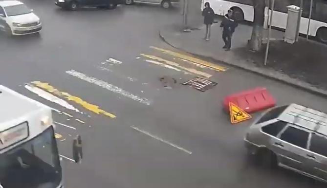 Погиб на работе: уличные камеры сняли один день из жизни дорожного блока в Волгограде