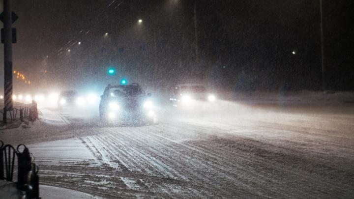 Омских водителей попросили быть осторожнее на дорогах из-за снегопада