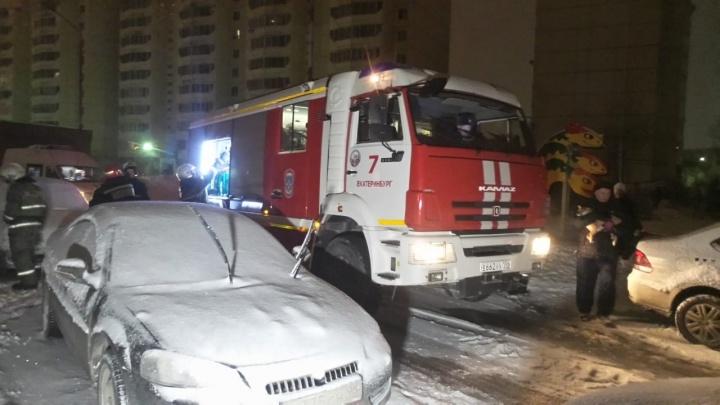 Подняли автолестницу на седьмой этаж, чтобы спасти мужчину: на Старой Сортировке загорелась квартира