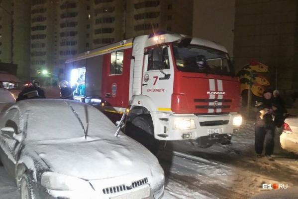 На вызов приехали четыре пожарные машины, скорая и полиция