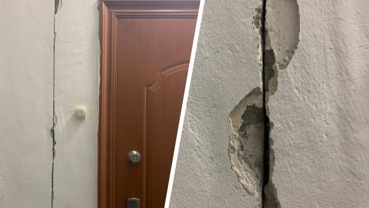 «Дом встрепенулся»: жители высотки в центре обнаружили в стенах трещины — рядом идет скандальная стройка