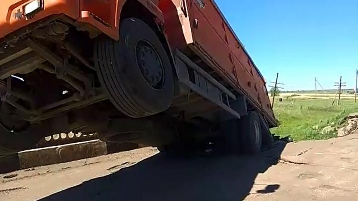 «Вся рыба пришла на место аварии»: появилось видео с места обрушения моста в Волгоградской области