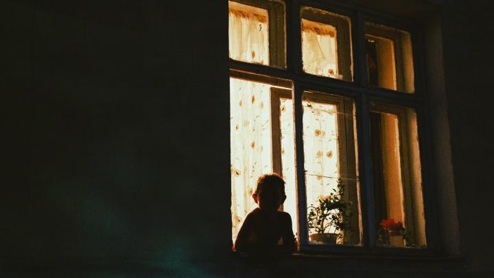 В Башкирии 9-летний ребенок выпал из окна, облокотившись на москитную сетку