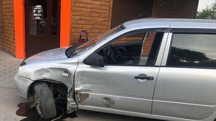 Пострадал школьник: в Новочеркасске водитель иномарки врезался в «Ладу»
