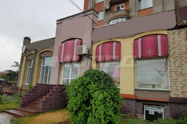 Фасад здания напоминает маленький замок