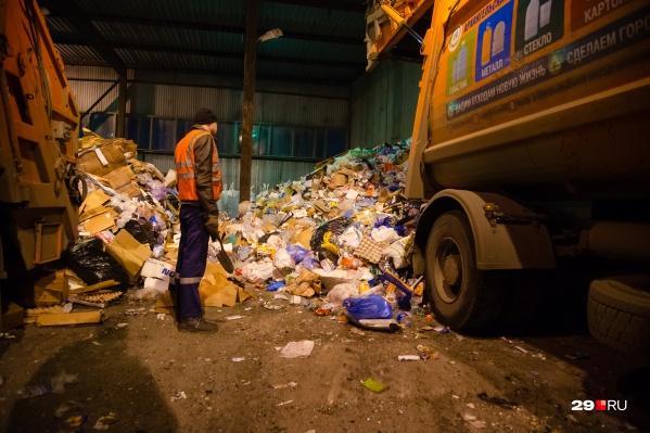 Директор АМПК рассказал, что у них нет оборудования для обработки мусора из обычных контейнеров
