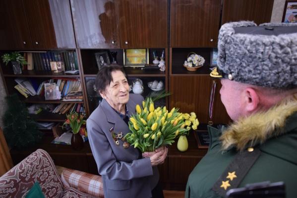 Зинаиде Фёдоровне в честь праздника подарили цветы