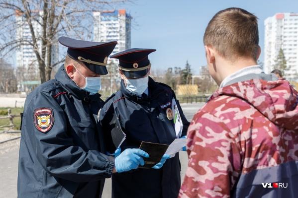 Во время рейдов силовики выборочно проверяют документы и выясняют цели выхода на улицу