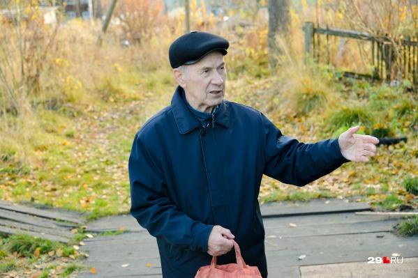 Владимиру Дмитриевичу Минину 82 года, и он занимается решением проблем поселка настолько, насколько это возможно