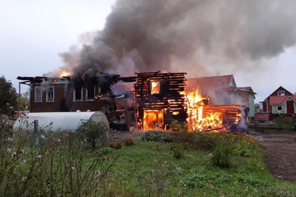 Очевидцы утверждают, что слышали звук взрыва, после чего по дому стало распространяться пламя