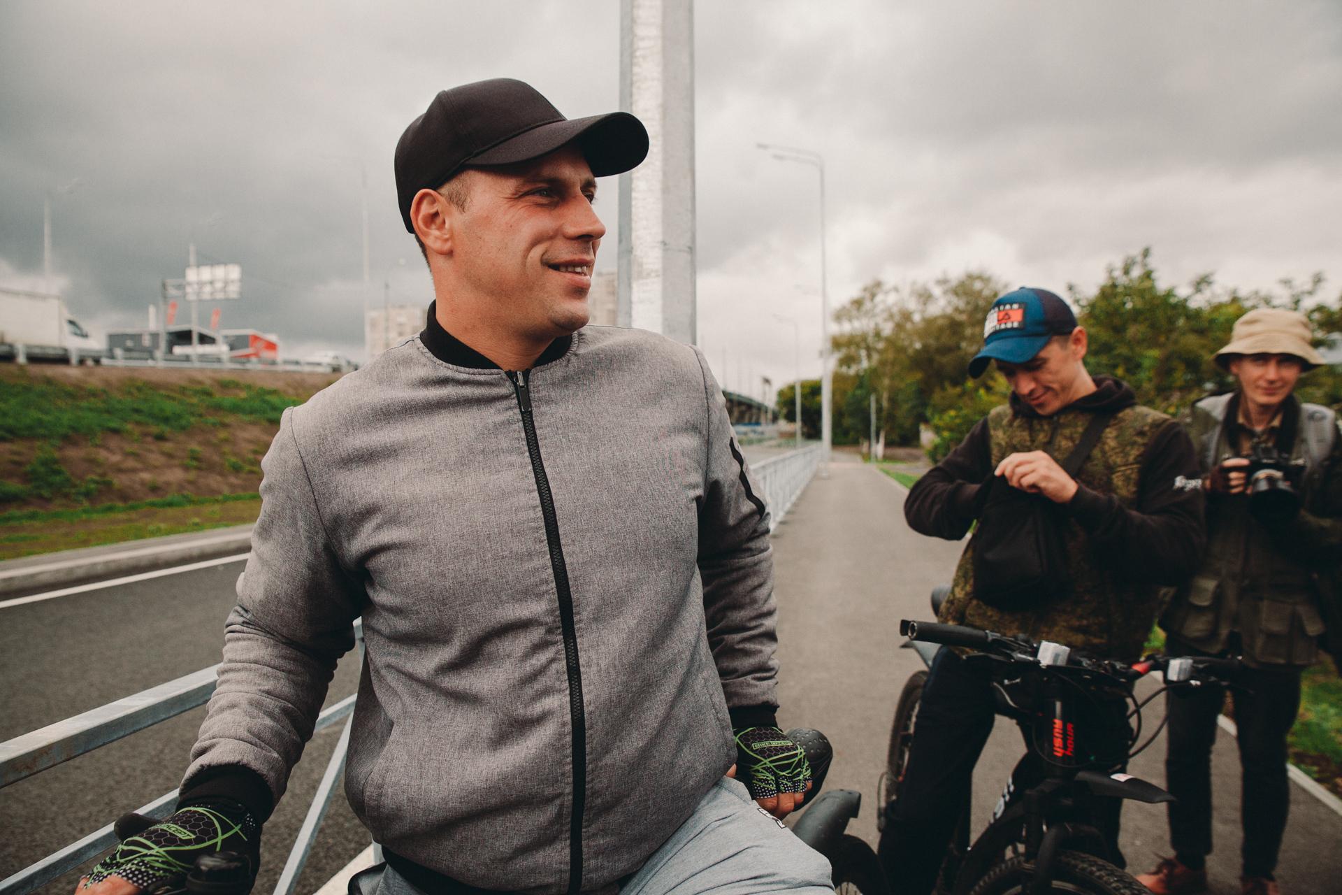 Тюменец говорит, что с передвижением по развязке у него проблем нет. Также уверяет, что он не работник «Мостостроя-11» под прикрытием