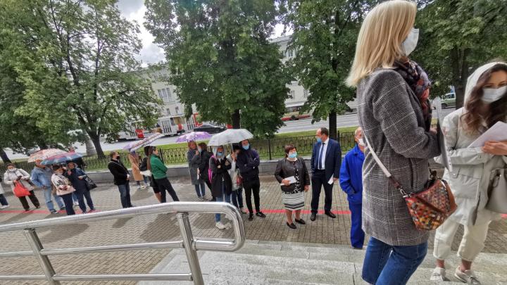 У гимназии № 9 в Екатеринбурге выстроилась очередь, чтобы проголосовать по поправкам к Конституции