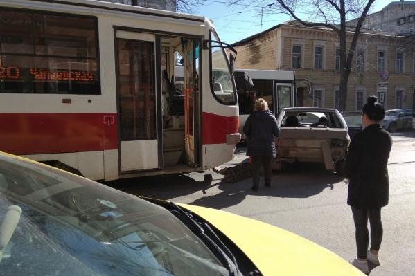«Четырнадцатая» на трамвайных путях