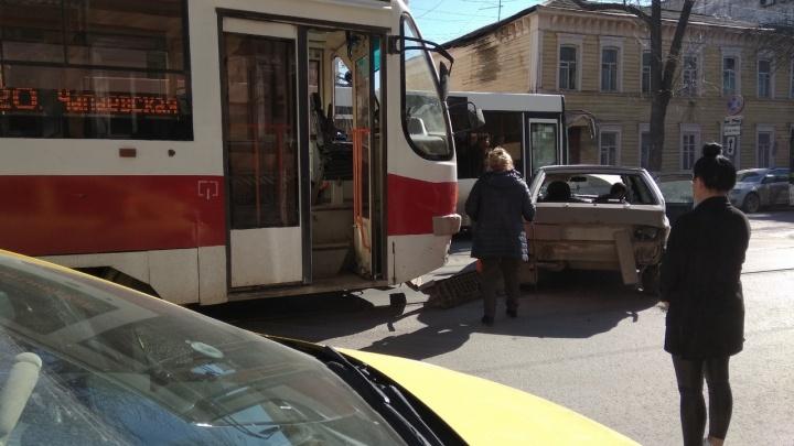 «Вылез на рельсы»: в Самаре на улице Фрунзе столкнулись «четырнадцатая» и трамвай