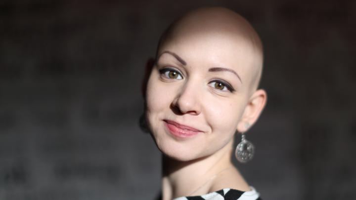 «Люди спрашивают, не онкология ли у меня»: история девушки, которая в 19 лет потеряла все волосы