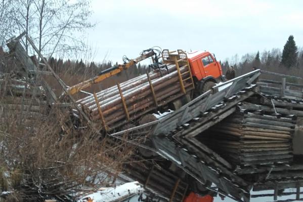 Деревянный мост, по словам местных жителей, уже давно нужно было ремонтировать