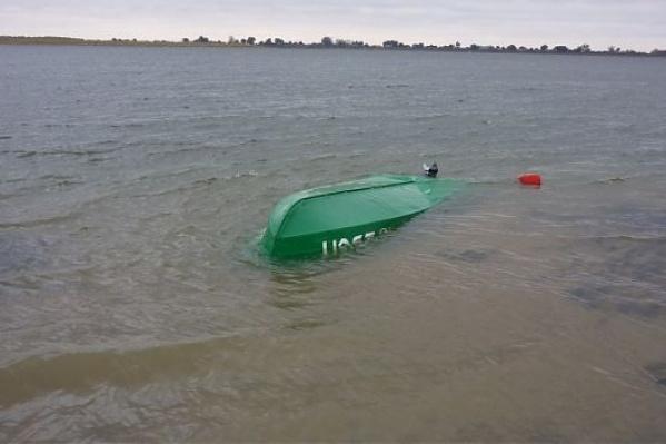 Лодка, в которой сидели три человека, перевернулась