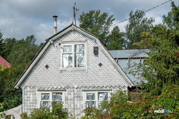«Отдых-2» богат удивительными домами: например, этот типичный дачный дом обшит резными металлическими плитками