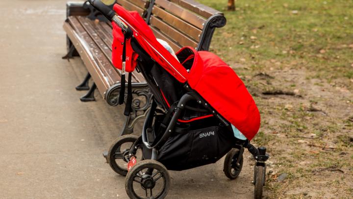 Водителя скрутили очевидцы: в Ярославле машина наехала на коляску с маленьким ребёнком