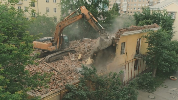 Получилось эпично: смотрим видео сноса трехэтажки за Макаровским мостом