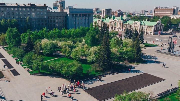 Несмотря на запреты: толпа новосибирцев устроила в центре шествие «Бессмертного полка»