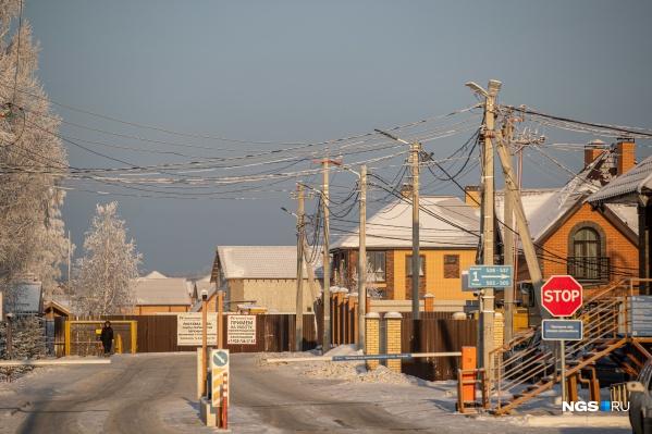 Коттеджные поселки «Близкий», «Скандинавия», «Чкаловские Просторы» и ряд других в этом районе регулярно надолго остаются без света. Вместе с ними страдают даже в многоэтажках микрорайона «Олимпийской Славы»