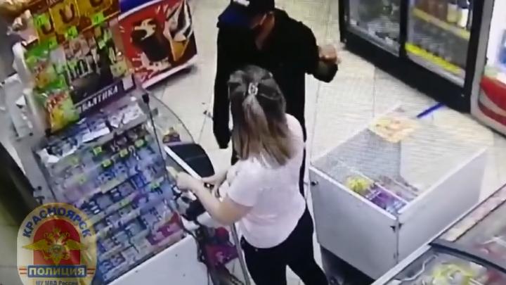 Когда граната не впечатлила, достал нож: мужчина дерзко ограбил магазин в «Солнечном»