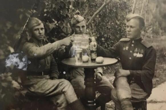 Василий Петрович Порошин (на фото справа) отмечает победу вместе со своими сослуживцами